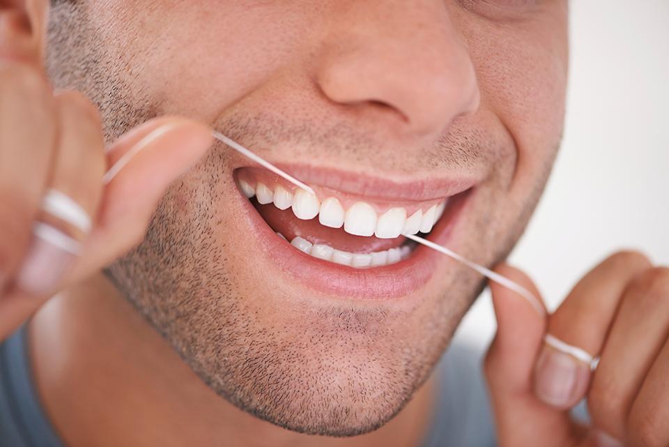 Dagelijks-flossen-om-tandplak-te-voorkomen-vraag-hulp-aan-tandartsen-van-de-Darwinkliniek-Zoetermeer