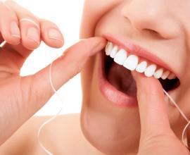 Dagelijks-flossen-om-tandplak-te-voorkomen-vraag-hulp-aan-tandartsen-van-de-Darwinkliniek-in-Zoetermeer