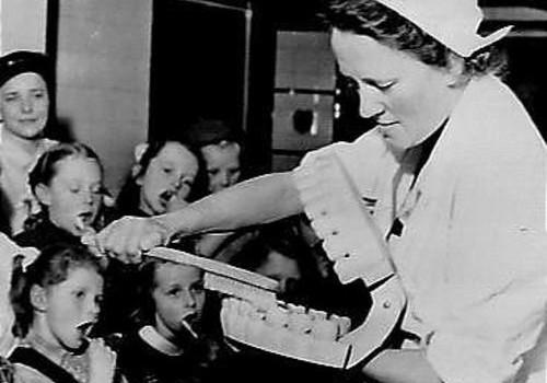 De-geschiedenis-van-tandpasta-advies-van-darwinkliniek-tandenpoetsen-lessen