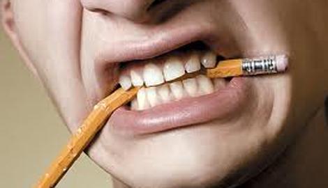 Potlood-kauwen-is-slechte-gewoonte-voor-tanden-stoppen-advies-tandartspraktijk-Darwinkliniek-Zoetermeer
