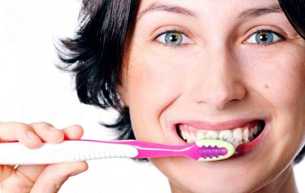 handtandenborstel-tandenpoetsen-advies-door-tandartspraktijk-Darwinkliniek